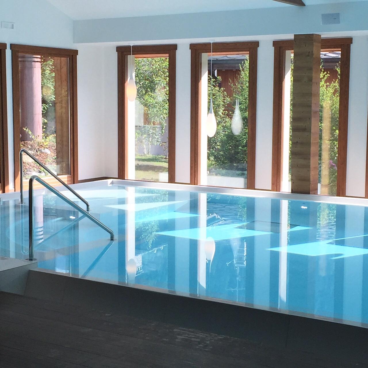 JulieZwing Nira Montana piscine
